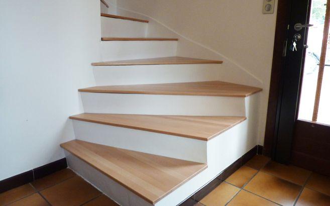 Comment coller mes marches en bois sur escalier béton?